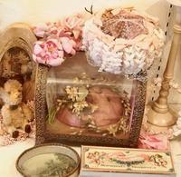 パリの蚤の市から*ティアラのためのガラスケースとリボン刺繍のアンティーク - BLEU CURACAO FRANCE