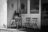 ドーナツ屋さんの前で休憩中の透明人間たち - Silver Oblivion