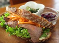 今日のランチはパン・オ・ルヴァンでローストビーフサンドイッチ。【グリルで簡単ローストビーフ】 - 横浜パン教室tocotoco〜ワンランク上のパン作り〜