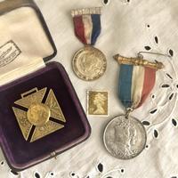 ●英国王室の戴冠記念メダル/ブローチ - 英国古物店 PISKEY VINTAGE/ピスキーヴィンテージのあれこれ