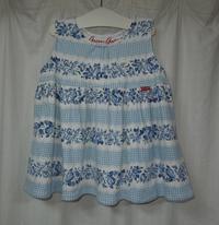 403.ユニクロのグリーンゲイトパーカーを白青花柄ワンピースに - フリルの子供服