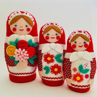 お花いっぱいの赤いマトリョーシカ - フェルト手芸作家「PANENKA」北向邦子「わたしの毎日」