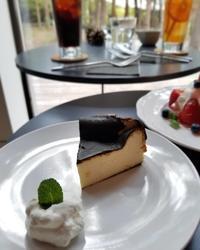 「森のカフェ」グランドオープン * いちごのパブロバ&バスク風チーズケーキ♪ - ぴきょログ~軽井沢でぐーたら生活~