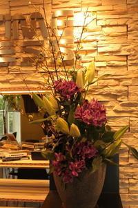 エニタイムフィットネスセンター赤羽北店様へユリとアルストロメリア - 北赤羽花屋ソレイユの日々の花