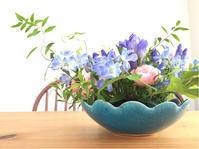 生花を使ったフラワーアレンジメント - 自然を見つめて自分と向き合う心の花