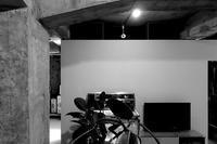 その白く抽象的な壁 /「建築」は|「建築」としての壁 - 横須賀から発信 | プラス プロスペクトコッテージ 一級建築士事務所