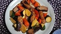 私の一人御飯カツオと有り合わせ野菜の黒酢炒め - 難病あっても、楽しく元気に暮らします(心満たされる生活)
