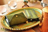 イタリアンレザー・プエブロ・2つ折りコインキャッチャー財布と2本差しペンケース - 時を刻む革小物 Many CHOICE~ 使い手と共に生きるタンニン鞣しの革