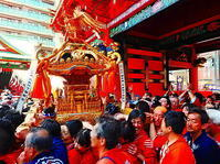 神輿と赤の群衆 - 風の香に誘われて 風景のふぉと缶
