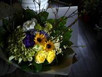お供えの花束。「黄色、紫、グリーン等」。中の島1条にお届け。2019/05/20。 - 札幌 花屋 meLL flowers