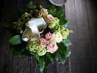 お誕生日の女性へアレンジメント。「淡いい色合い。落ち着いた感じ」。南6西3の7階のお店にお届け。2019/05/24。 - 札幌 花屋 meLL flowers