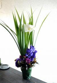 法事用のアレンジメント。「背高めで、シック」。2019/05/25。 - 札幌 花屋 meLL flowers