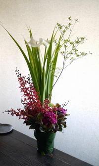 串焼きとおでんのお店の開店にアレンジメント。栄通18丁目のビル地下1階にお届け。2019/05/25。 - 札幌 花屋 meLL flowers