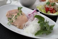 低温調理鶏もも肉&うちの畑の新たまねぎ - 登志子のキッチン