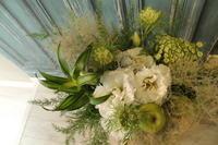 退職お疲れ様のアレンジ白グリーン - 北赤羽花屋ソレイユの日々の花
