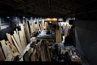 夜の木材倉庫 - SOLiD「無垢材セレクトカタログ」/ 材木店・製材所 新発田屋(シバタヤ)