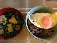 黒豆ご飯の目玉焼きのせとツナ缶サラダ - 桃的美しき日々(在、中国無錫)