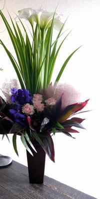 まつげエクステのお店のオープンにアレンジメント。「背高め、紫やグリーン」。南2西1の3階にお届け。2019/06/01。 - 札幌 花屋 meLL flowers