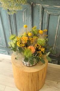 誕生日の花黄色とオレンジ、緑で - 北赤羽花屋ソレイユの日々の花
