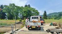 丸太で作るフットパスの標柱を加工します - 浦佐地域づくり協議会のブログ
