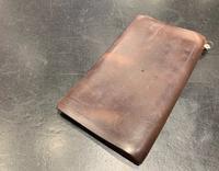 その手帳、簡単お手入れで味のある質感へ! - シューケアマイスター靴磨き工房 銀座三越店