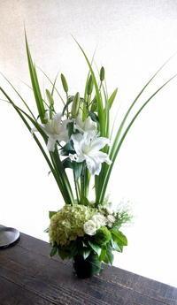 南6西3のビル6階のBARのオープンにアレンジメント①。「白~グリーン、百合使って」。2019/06/07。 - 札幌 花屋 meLL flowers