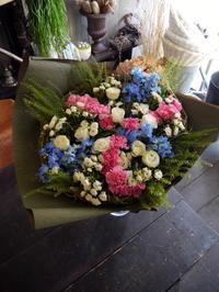 石井 竜也さんのライブにファンの方々から花束。「ブルー、ピンク、白で渦巻状のデザインで」。ZEPP SAPPOROにお届け。2019/06/09。 - 札幌 花屋 meLL flowers
