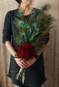 ペニンシュラホテルの花嫁様へ孔雀の羽と、赤バラのブーケと、仮面舞踏会 - 一会 ウエディングの花