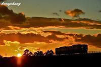 シルエット蒸気機関車 - 夕暮れと蒸気をおいかけて・・・