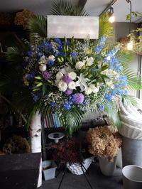 札幌市を拠点に活動されているアイドルグループの、結成2周年のライブにスタンド花。「ブルー系」。スペースアートスタジオにお届け。2019/06/16。 - 札幌 花屋 meLL flowers
