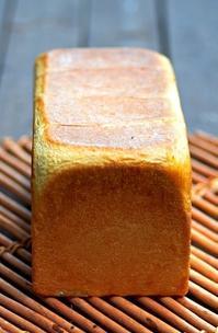 ホップで角食 - 森の中でパンを楽しむ