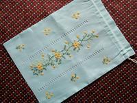 ミモザの刺繍の巾着 - Der Liebling ~蚤の市フリークの雑貨手帖3冊目~