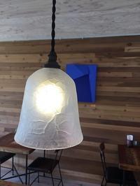 吹きガラスのランプシェードを展示しています。 - gallery青田風(あおたかぜ)