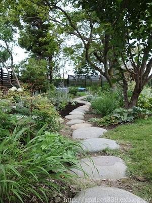 梅雨の庭しごと 芝刈りと植栽スペースの雑草対策 - シンプルで心地いい暮らし