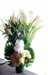 ご葬儀のアレンジメント。「ピンクの百合を使って」。月寒東1条の斎場にお届け。2019/06/18。 - 札幌 花屋 meLL flowers