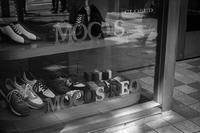 歩行者にアピールする靴たち - Silver Oblivion