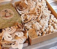 パリの蚤の市から新宿へ*箱いっぱいに詰められたクロシェレースパーツ - BLEU CURACAO FRANCE