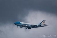 暗雲の下を行く米大統領機 - one day, one photo