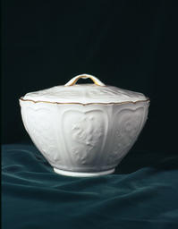 大倉陶園白磁薄肉彫蓋付菓子鉢 - ビジネスサポート・コミュニケーションブリッジ