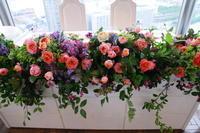 夏の装花第一ホテルシーフォート様の花嫁様へ、コーラルピンクのバラと実と廃墟 - 一会 ウエディングの花