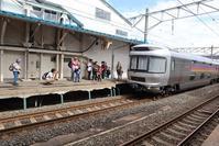 藤田八束の鉄道写真@青い森鉄道・青森駅でカシオペアに逢いました、カメラを持った子供達も大喜び沢山の人たち人が集まりました。 - 藤田八束の日記