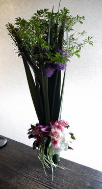 欧州酒場さんの開店にアレンジメント。南3西4のビル5階にお届け。2019/07/02。 - 札幌 花屋 meLL flowers