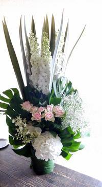ご葬儀のアレンジメント。「無宗教なので、バラも可」。水車町3丁目の斎場にお届け①。2019/07/05。 - 札幌 花屋 meLL flowers