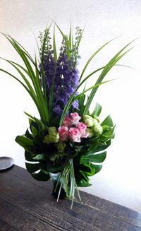 ご葬儀のアレンジメント。「無宗教なので、バラも可」。水車町3丁目の斎場にお届け③。2019/07/05。 - 札幌 花屋 meLL flowers