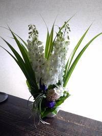 ご命日のアレンジメント。「夏らしく、明るめの色合いで」。美園8条にお届け。2019/07/06。 - 札幌 花屋 meLL flowers