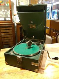 ポータブル蓄音機HMV101(緑)とHMV102(青)が入荷しました - シェルマン アートワークス 蓄音機blog