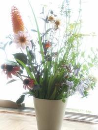 庭に咲いている花たちで活けてみました - 土のちから - 瀬戸物の街、瀬戸市の陶房フタムラ
