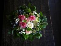 お誕生日の女性へのアレンジメント。「バラを使って」。宮の沢4条にお届け。2019/07/08。 - 札幌 花屋 meLL flowers