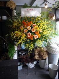 Rihwa(リファ)さんの7周年記念ワンマンライブにスタンド花。「オレンジ系でハツラツとした感じ」。ペニーレーン24にお届け。2019/07/13。 - 札幌 花屋 meLL flowers