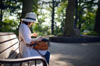 木漏れ日の中のベンチで - 片眼を閉じて見る世界には・・・。